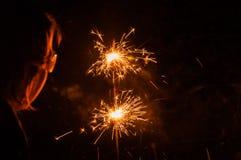 Горящие бенгальские огни и девушка с стеклами от конца Стоковое Изображение