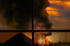 Горящие дом, дым и пламена огня, силуэта людей Стоковая Фотография RF