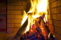 горящие журналы камина стоковое фото