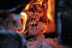 Горящие журналы с открытыми пламенами Стоковое Фото