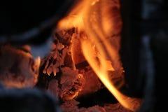 Горящие журналы с открытыми пламенами Стоковые Фото