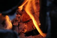 Горящие журналы с открытыми пламенами Стоковые Изображения RF