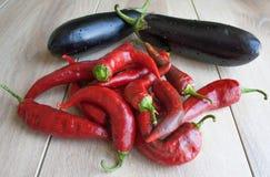 Горящие красный пеец и баклажан овощ смешивания уклада жизни предпосылки здоровый Стоковое Изображение
