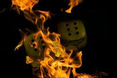 горящие кубики кость в огне стоковое изображение