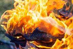 Горящие огонь и тлеющие угли Стоковое Изображение