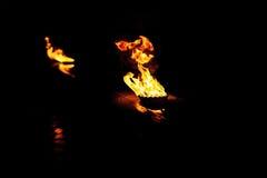 Горящие пламена на черной предпосылке Стоковое Фото