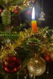 Горящие свеча рождественской елки и безделушка рождества Стоковое Изображение RF