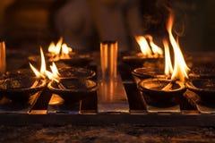 Горящие свечи в буддийском виске на ноче стоковое изображение rf