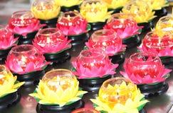 Горящие свечи в подсвечниках в форме лотоса Стоковая Фотография RF