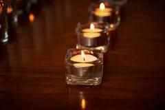 Горящие свечи в прозрачных стеклах, сияющем поле, отражении Настроение, релаксация, молитва и комфорт Стоковая Фотография