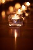 Горящие свечи в прозрачных стеклах, сияющем поле, отражении Настроение, релаксация, молитва и комфорт Стоковое фото RF