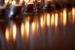 Горящие свечи в прозрачных стеклах, сияющем поле, отражении Настроение, релаксация, молитва и комфорт Стоковое Изображение RF