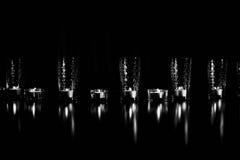 Горящие свечи в прозрачных стеклах, сияющем поле, отражении Настроение, релаксация, молитва и комфорт Стоковые Фотографии RF