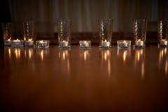 Горящие свечи в прозрачных стеклах, сияющем поле, отражении Настроение, релаксация, молитва и комфорт Стоковое Изображение