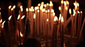 Горящие свечи в святой церков Sepulcher в Иерусалиме Святая церковь Sepulchre и пустая усыпальница самые священные места для сток-видео