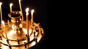 Горящие свечи изолировали золото в алтаре на темной предпосылке в христианской православной церков церков сток-видео