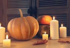 Горящие свечи и тыквы Стоковые Фотографии RF