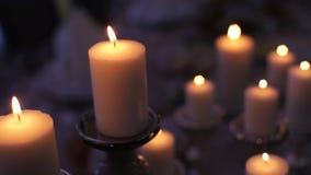 Горящие свечи на старом чугунном подсвечнике видеоматериал
