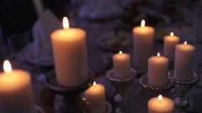 Горящие свечи на старом чугунном подсвечнике сток-видео