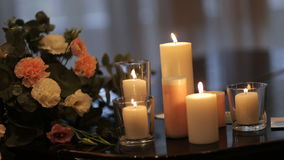 Горящие свечи на старом чугунном подсвечнике акции видеоматериалы