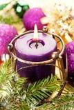 Горящие свечка рождества и игрушки рождества Стоковое Изображение