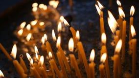 горящие свечки Много свечи горят на подсвечнике видеоматериал