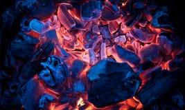 Горящие тлеющие угли лагерного костера (горячий уголь) Стоковые Изображения