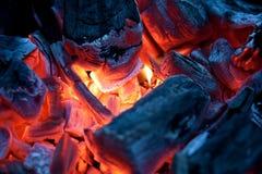 Горящие тлеющие угли лагерного костера (горячий уголь) Стоковое Фото