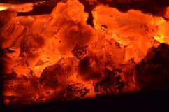 Горящие тлеющие угли - накаляя угли Стоковая Фотография RF