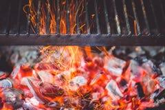 Горящие угли в гриле стоковое фото