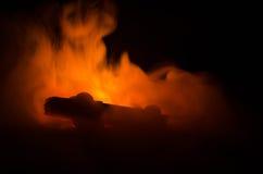Горящий автомобиль на темной предпосылке Огонь автомобиля заразительный, после акта вандализма или дороги indicent Стоковые Фото