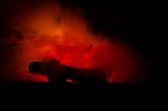 Горящий автомобиль на темной предпосылке Огонь автомобиля заразительный, после акта вандализма или дороги indicent Стоковое фото RF