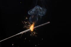 Горящий бенгальский огонь на черной предпосылке стоковая фотография rf
