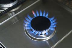 Горящий газ, горелка газовой плиты, hob в кухне Голубая газовая плита в темноте стоковое фото