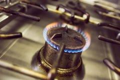 Горящий газ на газовой плите кухни Стоковое Изображение