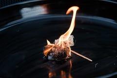 Горящий естественный лихтер барбекю от деревянных шерстей на черном металле Стоковые Фотографии RF