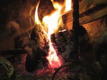 Горящий камин с огнем пылает на черной предпосылке Стоковая Фотография RF