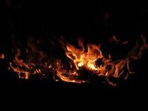 Горящий камин с огнем пылает на черной предпосылке Стоковое Изображение RF