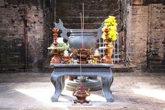 Горящий ладан вставляет в специальном шаре на таблице с dona Стоковая Фотография