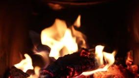 Горящий огонь внутри печи с темной предпосылкой сток-видео
