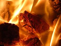 Горящий уголь в плите - топочный мазут в зиме Стоковое Фото