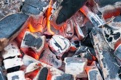 Горящий уголь в яме гриля BBQ Варить, жарящ Стоковая Фотография