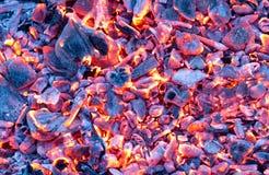 Горящий уголь как предпосылка текстура Стоковое Изображение