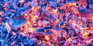 Горящий уголь как предпосылка текстура Стоковые Изображения