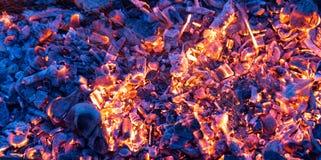 Горящий уголь как предпосылка текстура Стоковые Фото