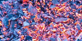 Горящий уголь как предпосылка текстура Стоковые Фотографии RF