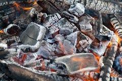 горящий уголь лагерного костера Стоковое Изображение