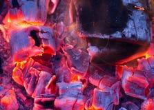 Горящий уголь на заднем плане Стоковая Фотография