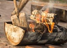Горящий уголь от древесины в боилере барбекю Стоковые Фото