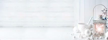 Горящий фонарик в снеге с украшением рождества Стоковое Изображение RF